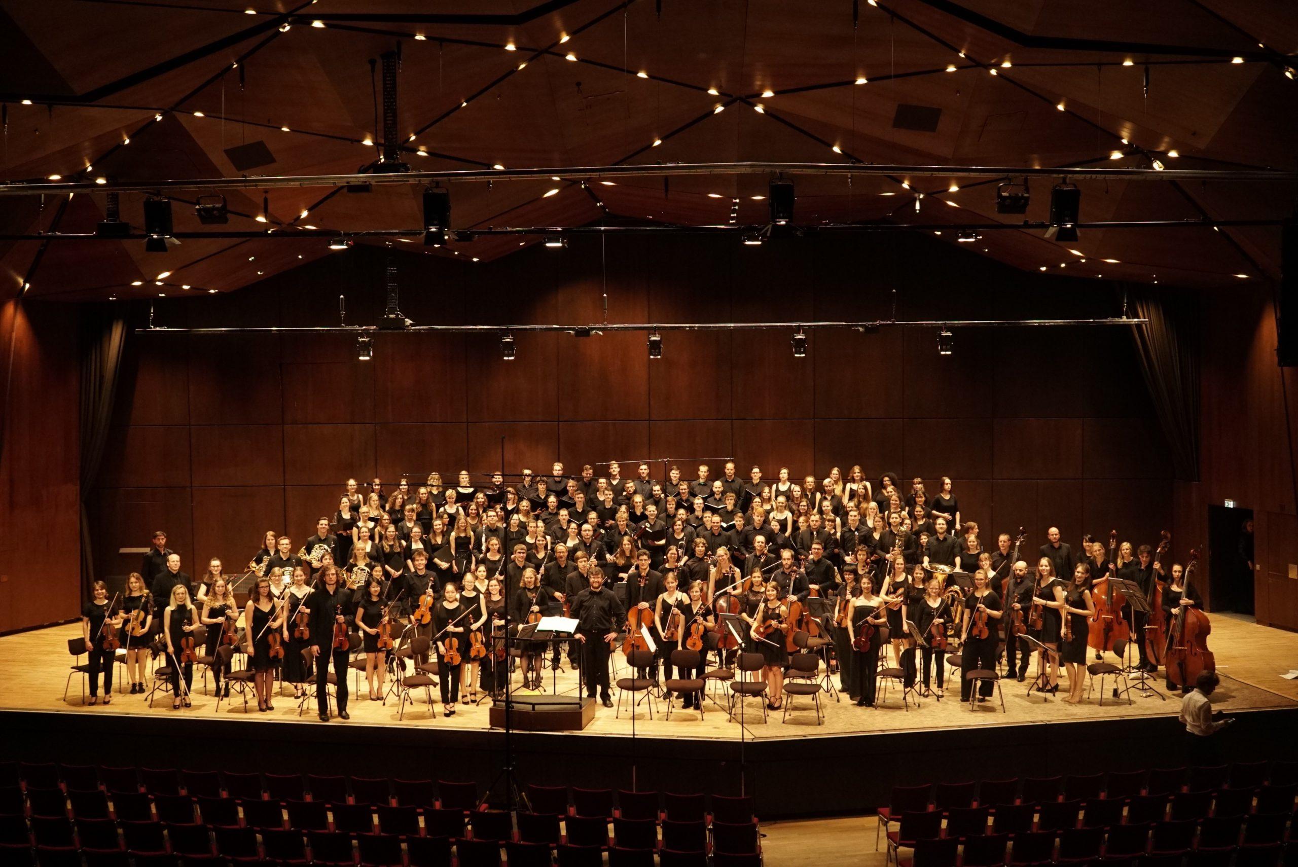 Sommerkonzert 2019 - Bild des Universitätsorchester mit Akkademischen Chor und Gesangssolisten